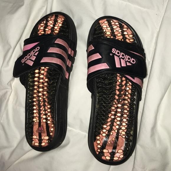 Adidas zapatos rosa y negro diapositivas poshmark
